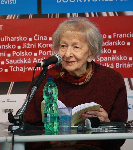 File:Wisława Szymborska čte - Svět knihy 2010 (002).JPG