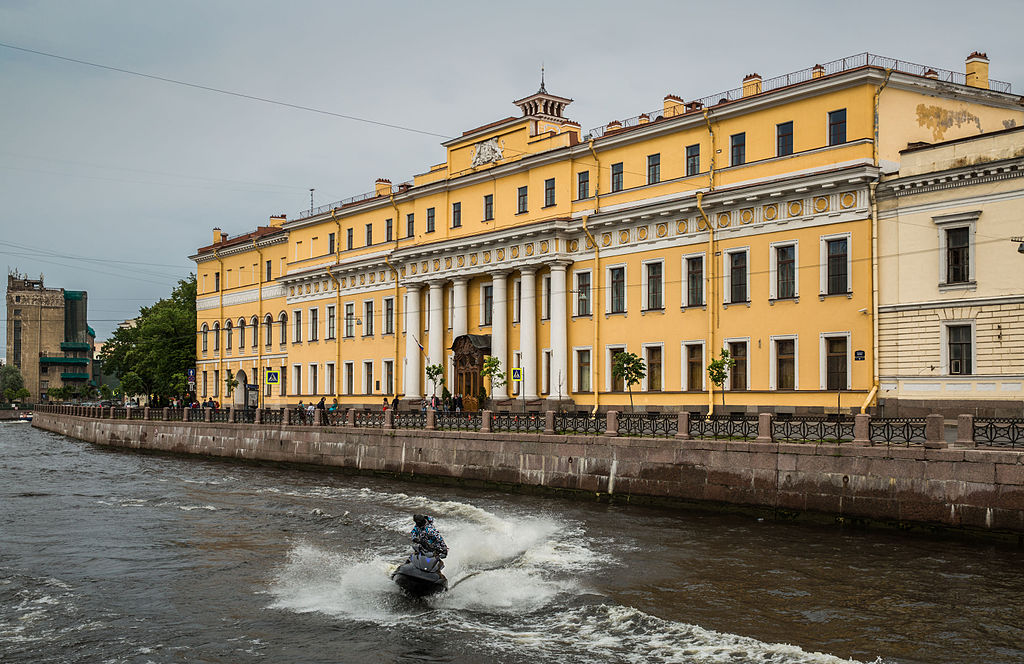 Източник: https://commons.wikimedia.org/wiki/File:Yusupov_Palace_on_the_Moika_River,_Saint_Petersburg.JPG