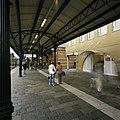 Zicht op de bloemenkiosk, gezien vanaf het perron, met overkapping - Groningen - 20389371 - RCE.jpg