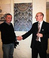 Il presidente di Wikimedia Russia Vladimir Medeyko si congratula con Yuri Spodarenko nella mostra fotografica (Immagine: Александр Скибицкий, licenza: CC-BY-SA 3.0)