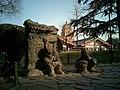 陕西八大怪铜雕——房子半边盖 - panoramio.jpg