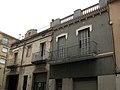 020 Conjunt del carrer Col·legi, edifici als núms. 32 i 30.jpg