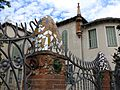 030 Casa Baumann, av. Jacquard (Terrassa), tanca de forja i trencadís.jpg