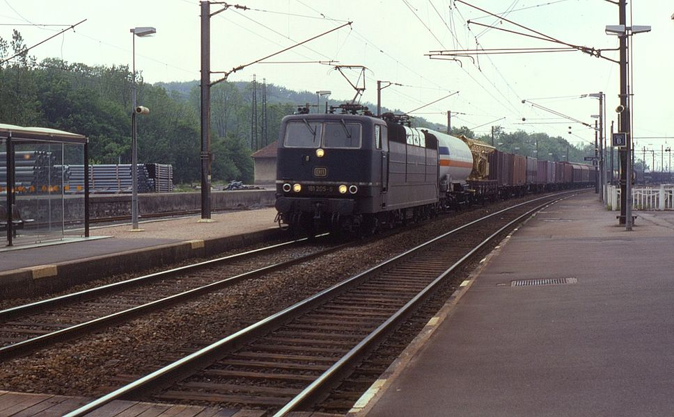 DB dual-voltage class 181s were used on both cross-border passenger and freight workings between Germany, France and Luxembourg. Seen at St Avold on 8 June 1991, 181.205 is passing through on a freight service.