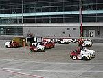 2018 Aeropuerto El Dorado de Bogotá - Tractores de remolque en la plataforma del muelle nacional.jpg