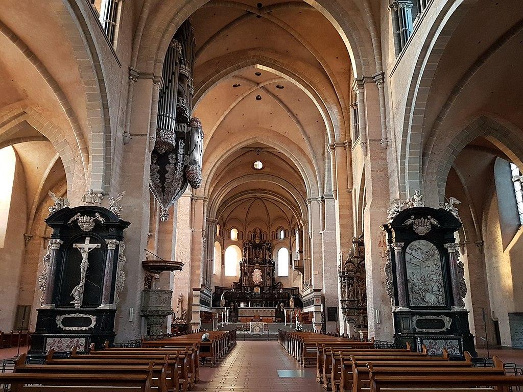 Trierer Dom, Blick durch das Hauptschiff zum Ostchor