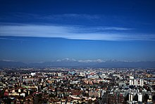 Scorcio di Milano verso nord, con le montagne del lago di Como