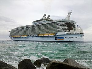 English: Allure of the Seas leaving Port Everg...