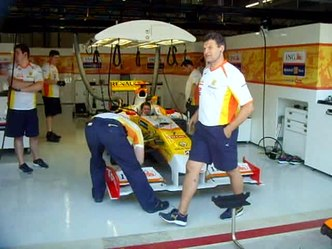 Slika:Alonsos car tested in garage.ogv