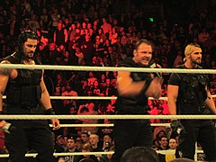 Ambrose (w środku) z grupą The Shield (Roman Reigns i Seth Rollins)