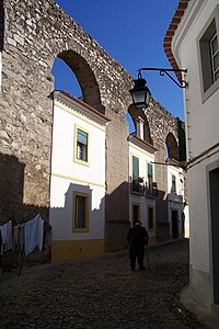 Arcade of dwellings on Rua do Cano, Évora.jpg