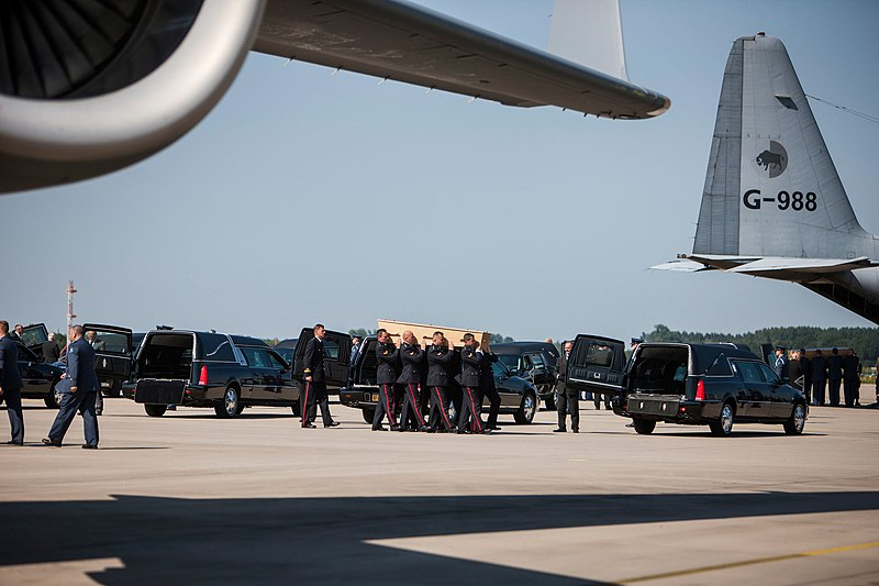 File:Arrival of corpses from MH17 at Eindhoven Airport.jpg