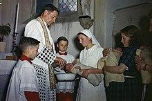 Cérémonie de baptême le 27 juillet 1944 de plusieurs bébés nés à la maternité de la maison maternelle départementale du Calvados, au château de Bénouville.
