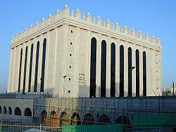 המרכז העולמי של חסידות בעלז במרכז השכונה