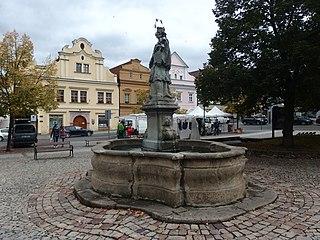Kašna se sochou svatého Jana Nepomuckého na Husově náměstí v Berouně