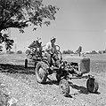 Bevloeiingswerken in Galilea Een man op een tractor met sproeiwagen, Bestanddeelnr 255-4810.jpg