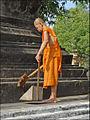 Bonze lao assurant lentretien du Vat (Vientiane) (4348286839).jpg