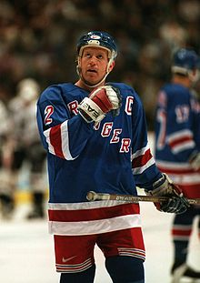 Photo couleur de Brian Leetch dans la tenue des Rangers de New York lors d'un match de hockey.