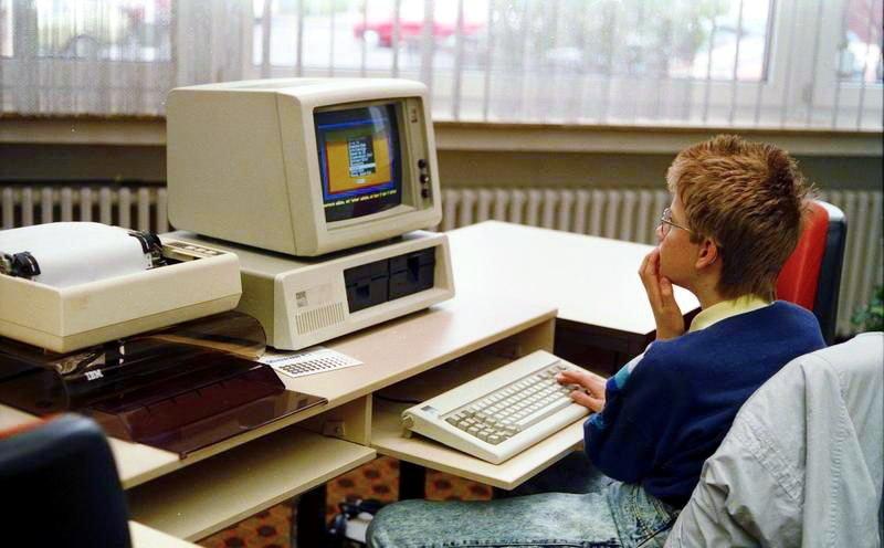 Bundesarchiv B 145 Bild-F077948-0006, Jugend-Computerschule mit IBM-PC