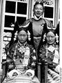 Bundesarchiv Bild 135-S-15-43-35, Tibetexpedition, Ehepaar Bhondong Se, Frau Ringang.jpg