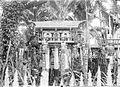 COLLECTIE TROPENMUSEUM Geestenhuis bij Pangkoh aan de Kahajan-rivier versierd met vele beelden en schilderingen TMnr 10001020.jpg