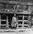 COLLECTIE TROPENMUSEUM Man met zijn kinderen voor zijn woning TMnr 20000154.jpg