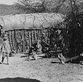 COLLECTIE TROPENMUSEUM Masai vrouwen en kinderen bij een deels afgewerkte hut 'manyatta' TMnr 20014340.jpg