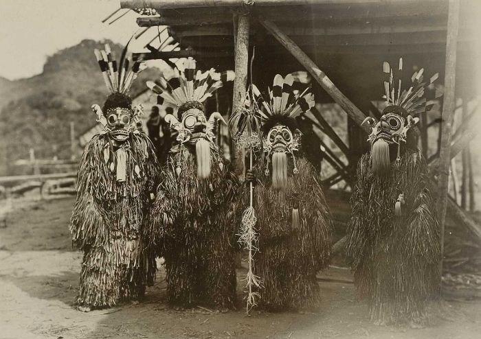 COLLECTIE TROPENMUSEUM Maskerdans tijdens de zaaifeesten van de Bahau Dajaks Boven-Mahakam TMnr 60001698