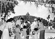COLLECTIE TROPENMUSEUM President Soekarno en de Indiase premier Nehru kijken toe hoe Indira Gandhi bloemen in ontvangst neemt tijdens een bezoek aan de Borobudur TMnr 10015646