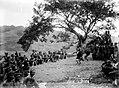 COLLECTIE TROPENMUSEUM Spiegelgevecht door mannen tjidens een dansfeest voor het bivak Batoe Kapoedas TMnr 10004884.jpg
