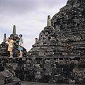 COLLECTIE TROPENMUSEUM Toeristen bij de stupa's op de Borobudur TMnr 20027034.jpg