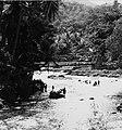 COLLECTIE TROPENMUSEUM Wassen in de rivier tussen Kotanopan en Bukittinggi TMnr 20000255.jpg