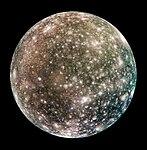 Det er mange krater på den siden av Callisto som vender bort fra Jupiter.