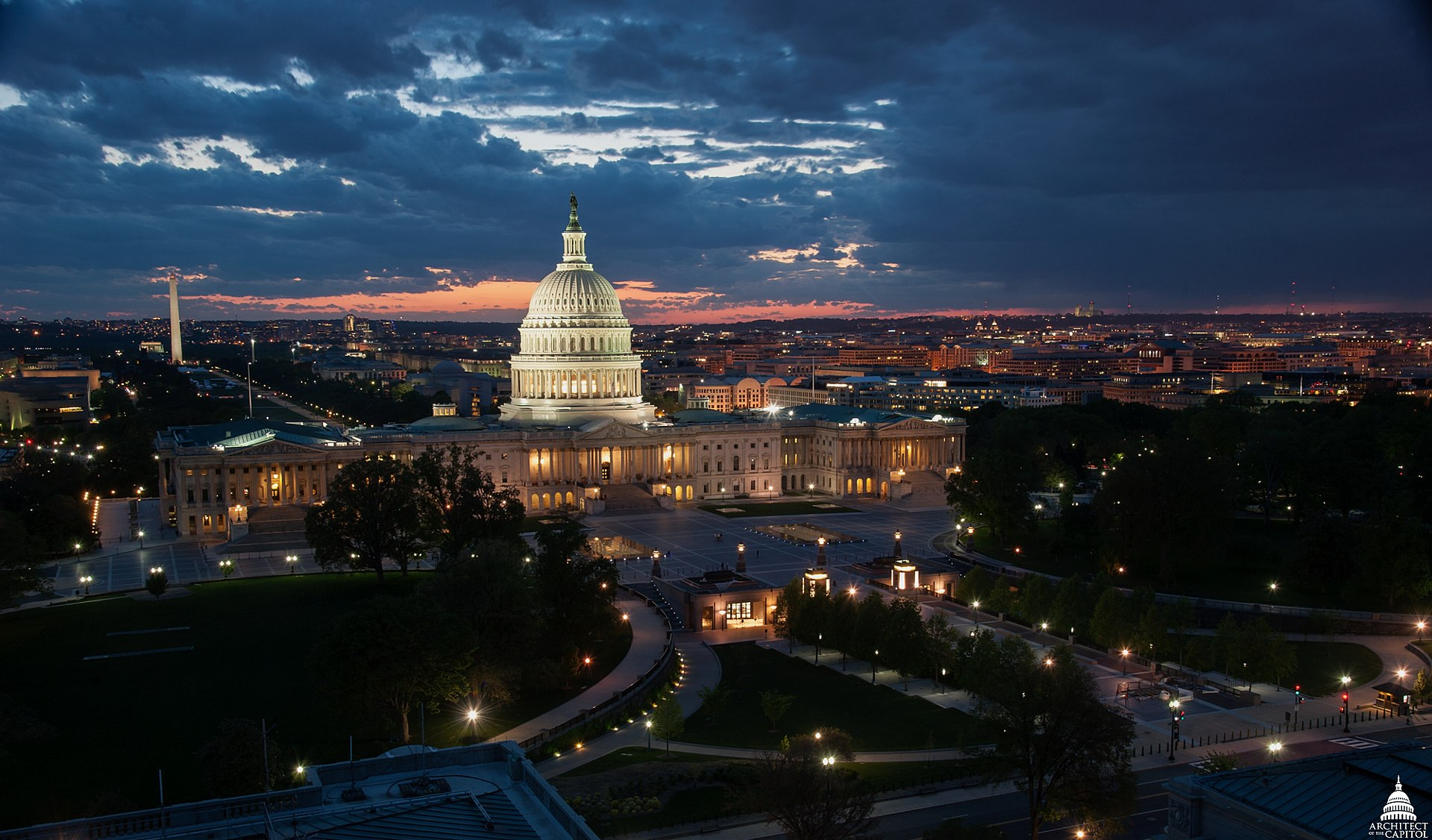 ¤ V2019 ¤ Topic Officiel - Page 3 1920px-Capitol_at_Dusk_View_from_Library_of_Congress_Jefferson_Building_%2814144445175%29