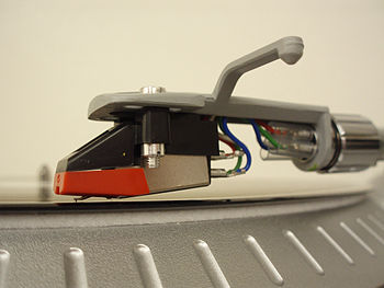 English: Close-up shot of a turntable cartridg...