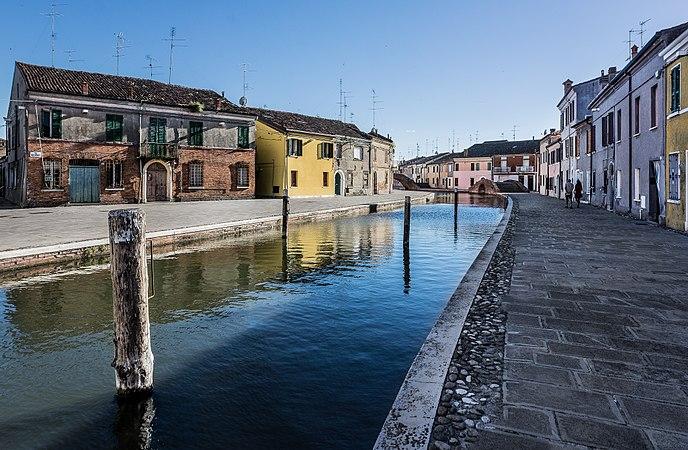 Centro storico di Comacchio con Ponte dei Sisti e Ponte San Pietro.jpg