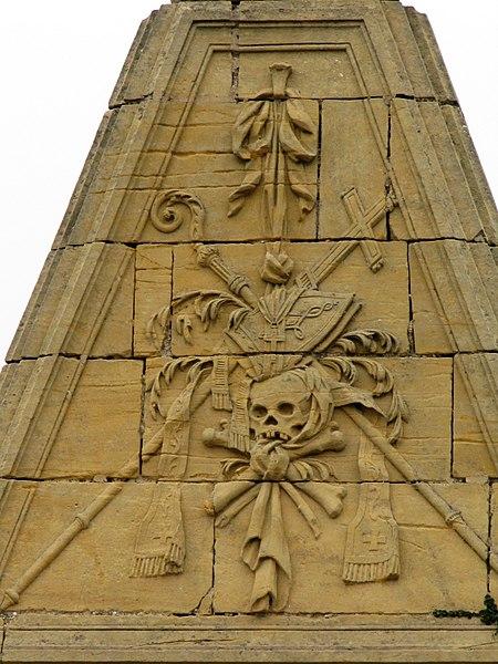 Fin du Carré historique (de forme rectangulaire) distribué autour d'un rond-point avec quatre section (nord, sud est ouest). Cimetière ouvert en 1864. Étant donné l'héritage bourgeois de la république Messine, les tombes sont fastueuses. Les styles les plus illustrés sont le néo-égyptien, néo-classique, néo-roman ou le néo-gothique.Cimetière de l'Est, Avenue de Strasbourg (Inscrit, 2003)