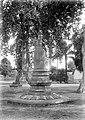 Collectie NMvWereldculturen, TM-10026832, glasnegatief, 'Stupa en Boeddhabeelden in de tuin van de ambtswoning van de resident te Yogyakarta', fotograaf onbekend, 1910-1930.jpg