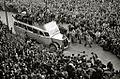 Concentración de personas recibiendo a un autobús de La Roncalesa en la avenida de la Zurriola (3 de 3) - Fondo Marín-Kutxa Fototeka.jpg