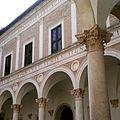 Cortile d'onore di Palazzo Ducale (Urbino).jpg