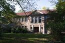Schule mit Schulhof und Altbaumbestand