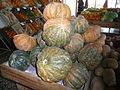 Cucurbita kabocha o kabutiá o tipo Tetsukabuto 3 verde y naranja, en la verdulería.JPG