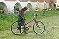Cycliste à la roça Agostinho Neto (São Tomé) (2).jpg