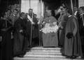 D. António Mendes Bello, Cardeal Patriarca de Lisboa, depois da sua investidura dá a bênção à população nas escadas da Sé de Lisboa (05-Mar-1908).png