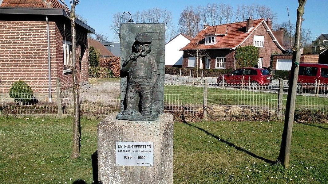 De Pootefretter Haasrode van Ad Wouters, aan ingang basisschool