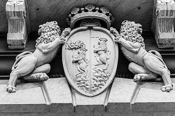 Decorazioni all'ingresso di Palazzo Rosso.jpg