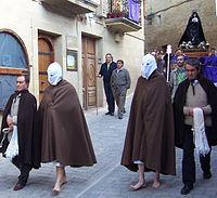 Disciplinantes con sus ayudantes al comienzo de la procesión