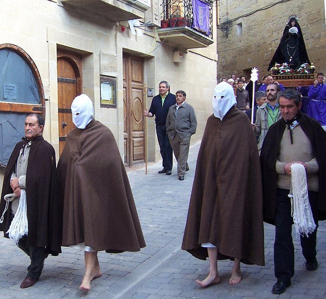 Archivo:Disciplinantes con sus ayudantes al comienzo de la procesión.jpg