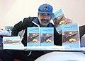 """Domenico Rizzo posa con alcune copie del suo romanzo """"L'imperatore dei limoni"""".jpg"""