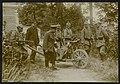 Duitse militairen vervoeren een gewonde soldaat op een kruiwagen in een stedelij, Bestanddeelnr 158-0674.jpg